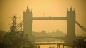 交易在塔桥梁在橙色阳光,早晨 股票录像