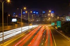 交易在带领入城市的高速公路 免版税库存图片