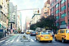 交易在曼哈顿` s大道夫人`英里历史的区在白天,纽约,美国 被定调子的图象 库存照片
