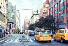 交易在曼哈顿` s大道夫人`英里历史的区在白天,纽约,美国 被定调子的图象 库存图片