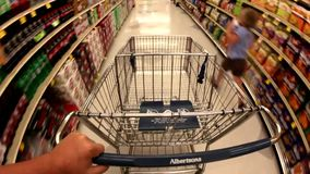 交易在有一个篮子的超级市场食物的 股票视频
