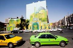 交易在有五颜六色的出租汽车汽车和街道艺术的晴朗的路在大厦墙壁上 库存照片