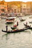 交易在有长平底船和小船的运河在日落 库存图片