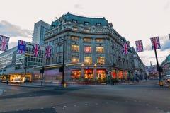 交易在牛津马戏在伦敦,英国,在黄昏 图库摄影