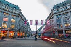 交易在牛津马戏在伦敦,英国,在黄昏 免版税库存照片