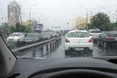 交易在雨天在城市街道 免版税库存图片