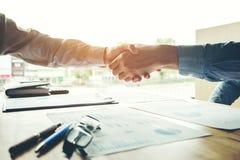 交易起步握手的人同事给予计划 免版税库存照片