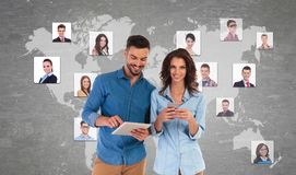 交朋友的年轻偶然夫妇在社会网络 库存图片