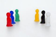 交涉或交锋的概念 在白色背景的小雕象 冲突或战斗的标志 免版税库存照片