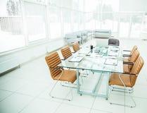 交涉的书桌与准备的财政图和办公设备在事务前的会议室 免版税库存图片
