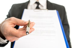 移交署名的商人一个合同 免版税库存图片