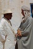 交谈的传统阿拉伯人, Douz,突尼斯 库存图片