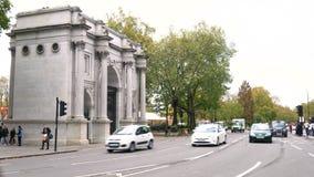 交通、出租汽车和红色双层汽车伦敦公车运送驾驶过去大理石曲拱,牛津街道,海德公园,伦敦 股票录像