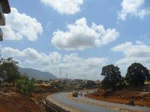 交通与美丽的蓝天的路风景 库存照片