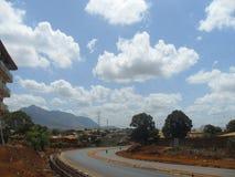 交通与美丽的蓝天的路风景 库存图片