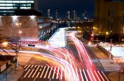 交通交叉点在晚上 免版税库存图片