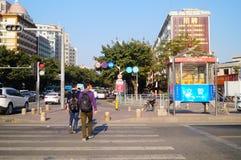 交通交叉点集合说服步行者的动画片和幽默语言不闯红灯 免版税图库摄影