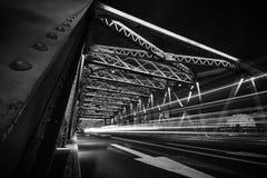 交通光足迹在钢桥梁的在晚上 库存图片