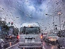 交通在一个雨天直站 免版税库存图片