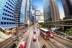 交通在城市在晚上 免版税库存图片