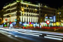 交通在城市在晚上 免版税库存照片