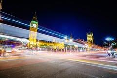 交通在晚上在伦敦 免版税库存图片