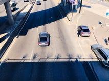 交通在桥梁的一个大城市 免版税图库摄影
