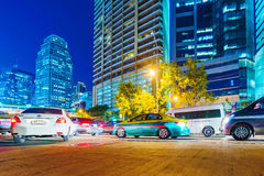 交通在街市曼谷在晚上 免版税库存照片