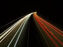 交通在高速公路的夜 免版税库存照片