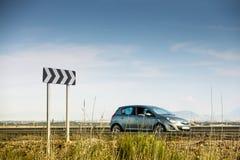 交通在高速公路的曲线标志 免版税库存照片