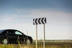交通在高速公路的曲线标志 免版税库存图片