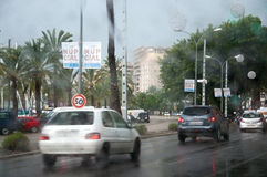 交通在11月雨中 免版税库存照片