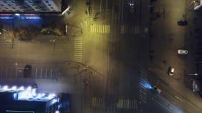 交通垂直的下来上面鸟瞰图在街道交叉点的在晚上 天线,垂直-交通在晚上 库存图片