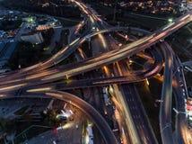 交通垂直的下来上面鸟瞰图在高速公路互换的在晚上 免版税库存照片