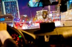 交通堵塞和许多在高速公路的汽车在驾驶在夜间的夜间人汽车背景用法的 免版税库存图片