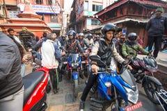 交通堵塞在一个一条拥挤的街中在市中心, 2013年12月1日在加德满都,尼泊尔 免版税库存图片
