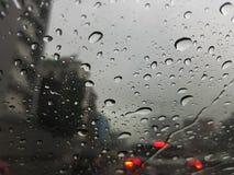 交通堵塞在下雨天中 库存照片