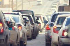 交通堵塞在城市,路,高峰时间时间 免版税库存照片