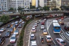 交通堵塞在街市圣保罗5月23日大道的高峰时间  免版税库存照片