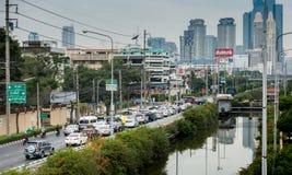 交通堵塞在高峰时间Silom地区内,曼谷 库存图片