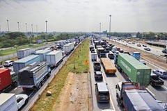 交通堵塞在Kanjanapisak路的星期一早晨在泰国 免版税库存照片