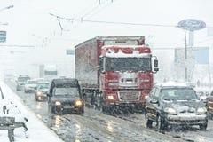 交通堵塞形成了在重的暴风雪造成的路 图库摄影