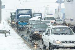 交通堵塞形成了在重的暴风雪造成的路 免版税库存图片