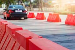 交通塑料障碍和定向塔在路 免版税图库摄影
