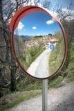 交通安全凸镜 Valtessiniko村庄在希腊 免版税库存图片