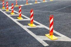 交通安全 在灰色沥青的交通标号 免版税图库摄影