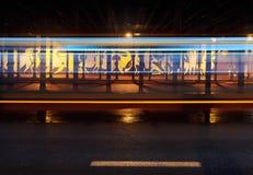 交通工具的光足迹和街道画在桥梁下在卡托维兹 库存图片