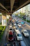 交通慢慢地沿一条繁忙的路移动在曼谷,泰国 钓鱼者 免版税库存照片