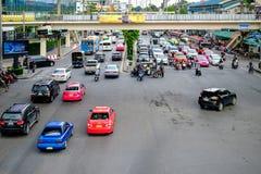 交通慢慢地沿一条繁忙的路移动在曼谷,泰国 免版税库存照片