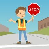 交通指挥员制服的小男孩在街道 免版税库存照片